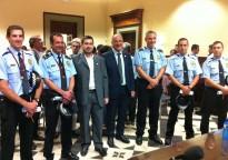 Torelló distingeix quatre agents de la Policia Local per detenir dos lladres armats