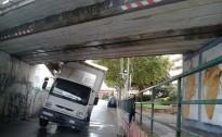 Un camió xoca contra el pont de la via fèrria del carrer Molí d'Avall