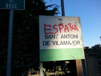 Escriuen 'España' en el cartell de l'entrada a la urbanització d'Alfou