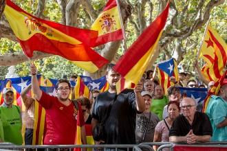 Vés a: Espanyolistes i independentistes, de costat al Parlament