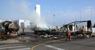 Cremen dos camions al polígon Riuclar