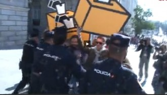 Vés a: La Policia desallotja a empentes membres de les JERC al Congrés