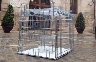 Apareix una urna dins d'una gàbia a l'Espluga de Francolí