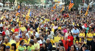 Unes 3.000 persones a la plaça de la Font per votar el 9-N