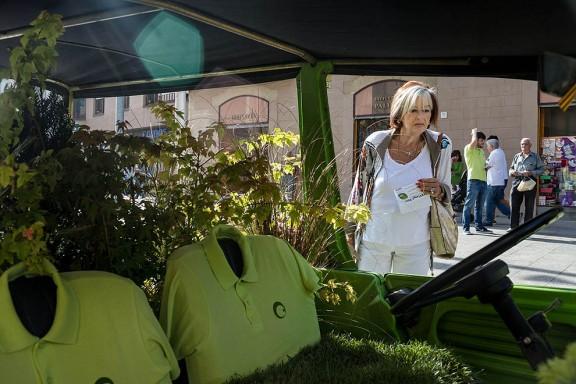 Vic transforma durant un dia un pàrquing en una zona verda