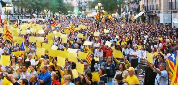 Un clam de més de 3.000 persones a la plaça de la Font per poder votar el 9-N