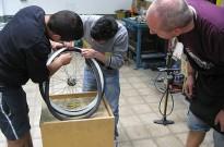 Dotze joves participen a un taller ocupacional de reparació de bicis