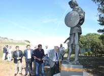 Salvador Esteve inaugura l'escultura d'un guerrer iber al Turó del Montgròs
