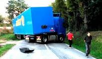 Un camió s'entravessa a la carretera de Vic a Sant Bartomeu del Grau