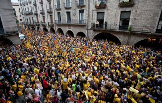 Més de 4.000 persones protesten a Girona contra la suspensió del 9-N