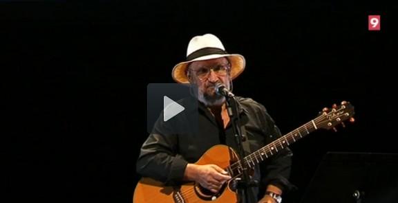 Vídeo: Tomeu Penya canta en benefici de l'Escola Ramon Suriñach