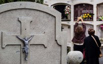 La diada de Tots Sants als cementiris d'Osona
