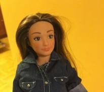 Surt al mercat la Barbie real amb estries, acné i cel·lulitis