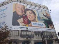 Es penja a la façana de la Pedrera amb una pancarta comparant l'avortament i el nazisme