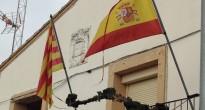 Un poble del Segrià manté un escut franquista a l'ajuntament