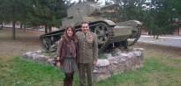 La líder de les joventuts del PP a Lleida, entre tancs