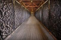 Roben sabates de víctimes de l'Holocaust en un antic camp de concentració