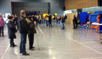 Membres de DNJ entren amb banderes espanyoles a un punt del 9-N