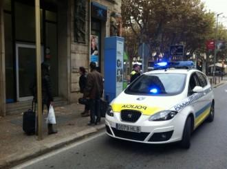 Uns brètols cremen un caixer al centre de Girona