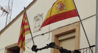 Vés a: Un poble del Segrià manté un escut franquista a l'ajuntament