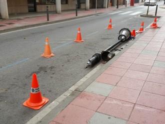 Un conductor amb el triple de la taxa d'alcohol tomba un fanal a Sant Celoni