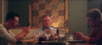 Dos fills estan enviant whatsapps durant el sopar... Què fa el pare? [VÍDEO]