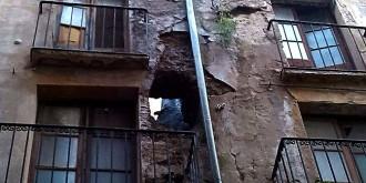 S'ensorra la façana d'un immoble i es desallotgen quatre famílies