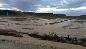 Un riuada a l'aeroport d'Alguaire inunda les finques veïnes