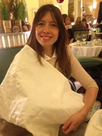 Obligada a donar el pit al seu nadó tapada amb un tovalló