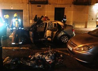 Un vehicle incendiat provoca un ensurt al centre de Granollers