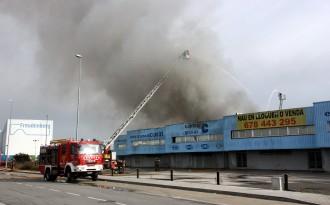 Extingit l'incendi que ha cremat una nau de Parets del Vallès
