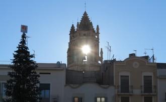 Unes 200 persones veuen com el sol travessa el campanar de la Prioral