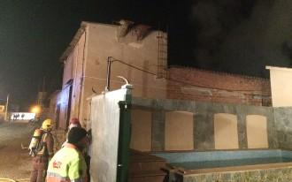 Incendi en una granja abandonada de Manlleu que estava ocupada per uns joves