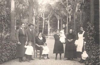 La família Riera Comas, als jardins del Cercle Egarenc / Foto: Rafel Comes
