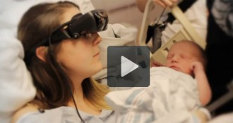 Una mare amb ceguera veu el seu fill per primera vegada