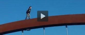 Un nen es juga la vida caminant per damunt de l'arc d'un pont de Lleida