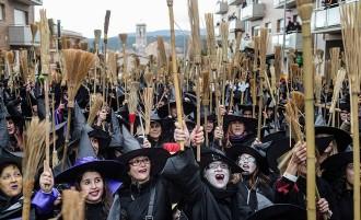 Centelles bat el rècord Guinness de persones disfressades de bruixa