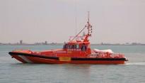 Salvament Marítim remolca un pesquer amb dos tripulants cap al port de la Ràpita