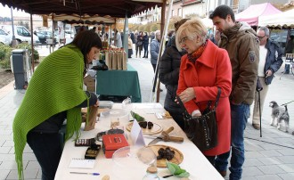 La Fira de la Tòfona del Berguedà planta cara a la meteorologia i remunta l'últim dia