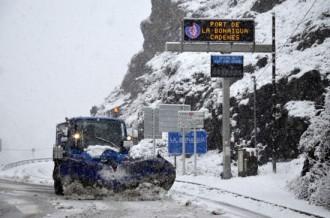 Tres carreteres estan tallades per la neu i a sis més calen cadenes
