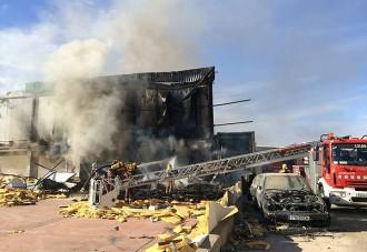 Un incendi calcina una nau abandonada de Seva