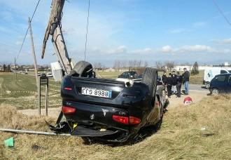 Un cotxe surt de la via, bolca i topa contra un pal d'electricitat