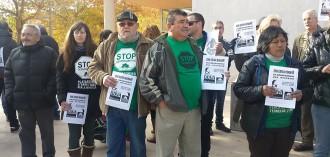 Una cinquantena de persones es concentren a Amposta en suport dels membres de la PAH denunciats per CX