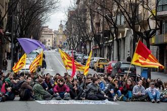 Un centenar d'estudiants protesta a Vic contra el decret estatal que retalla els graus