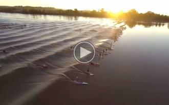 Vídeo: 77 surfistes cavalquen sobre una onada a França