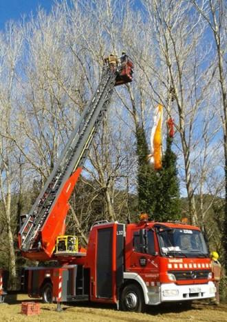 Els bombers d'Arbúcies alliberen un parapentista atrapat en un arbre