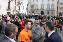 Els veïns contraris a l'allargament de la C-32 escridassen el conseller Vila a Blanes