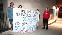 Un grup de joves demanen la dimissió del president del Consell Comarcal