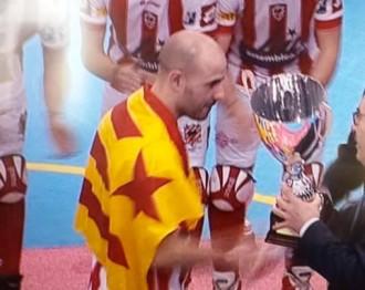 El capità del CP Vic recull la Copa del Rei d'hoquei patins amb l'estelada