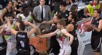 Vés a: Vídeo: Terrible baralla entre els jugadors de bàsquet del Bilbao i del Baskonia